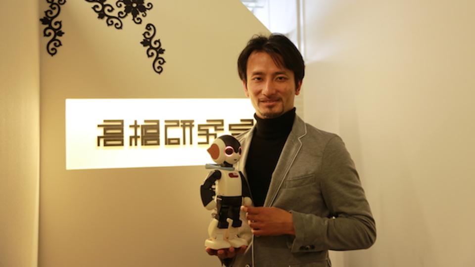 携帯ショップに並ぶ人型ロボットとの共同生活が5年後にはじまる/ロボットクリエイター高橋智隆さん