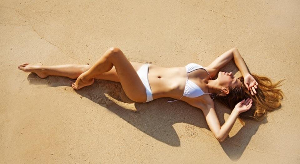 ビーチにベビーパウダーを持っていけば砂が楽々落とせる