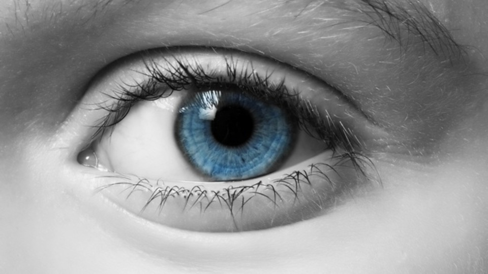 なぜ青い瞳の人の方がアルコール依存症が多いのか