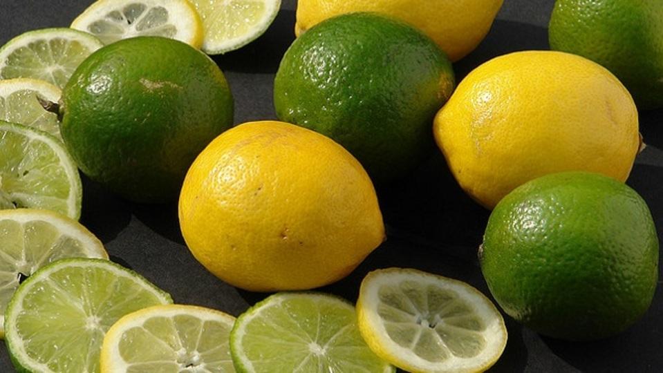蚊のかゆみを止めるにはライムかレモンがあればいい