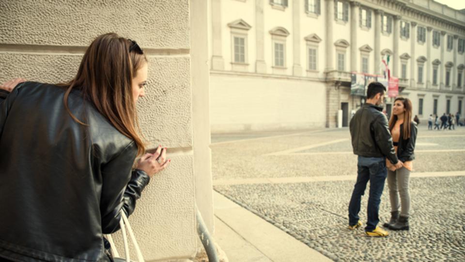 友だちの恋人が浮気しているのを知ってしまったら、あなたはどうする?