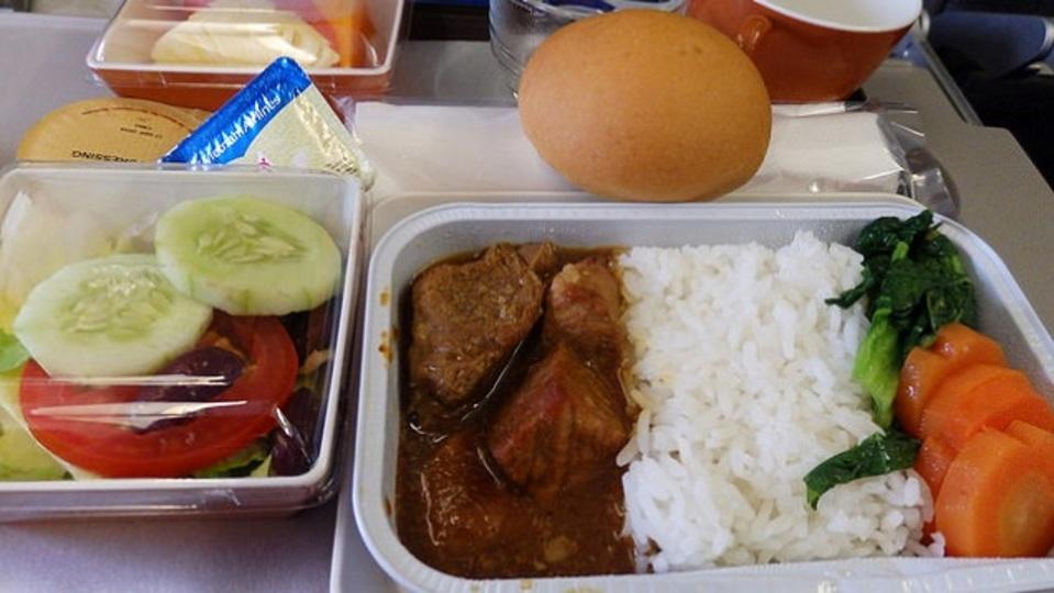 機内食がまずいと感じる本当の理由