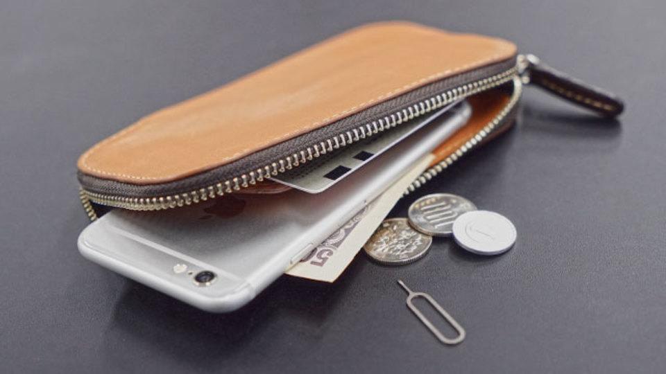 iPhoneごとポケットに入るサイフ【今日のライフハックツール】