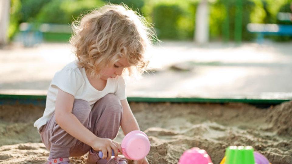 子どもを砂場で遊ばせる前によく考えよう