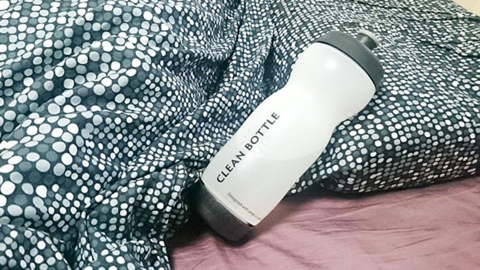 ベッドでの水分補給にはスポーツボトルが便利【今日のライフハックツール】
