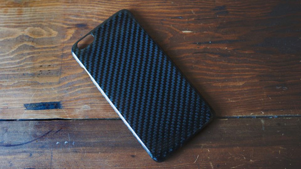 軽量で高剛性、放熱性もあるカーボンファイバー製iPhoneケース【今日のライフハックツール】