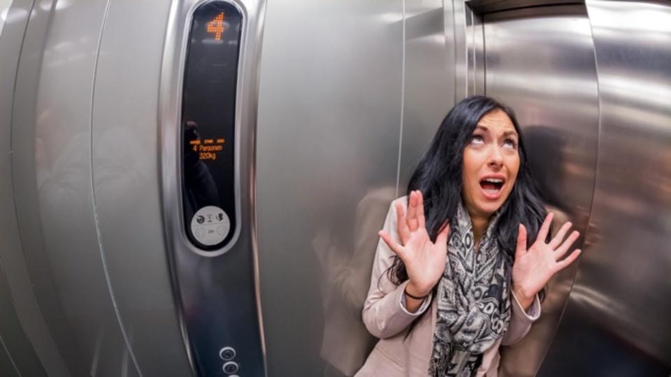 エレベーターが落下したときに生存率を上げる姿勢