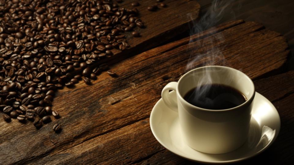 内向的な人は、大事な仕事の前はコーヒーを飲まない方が良い?
