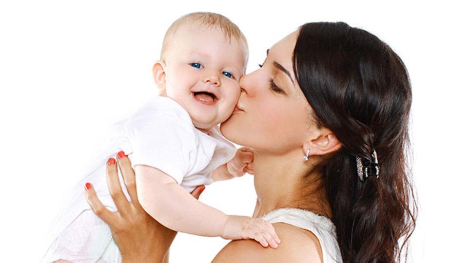 背中や腰を痛めずに子どもを抱っこする方法