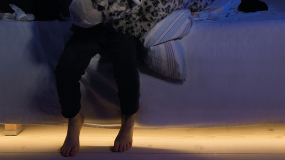 夜中に目覚めたときに便利。ベッドの下から足元を照らしてくれるライト