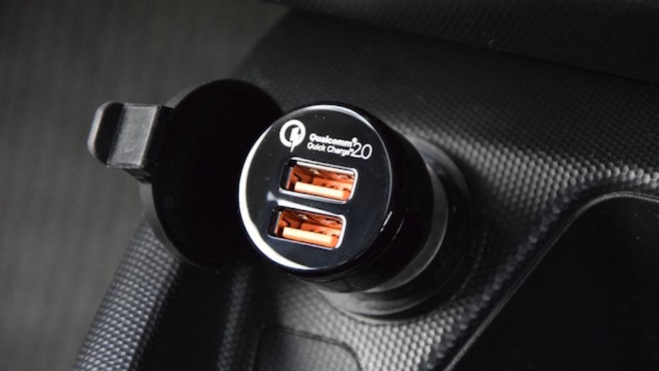ガジェットを超高速充電できるカーチャージャー【今日のライフハックツール】
