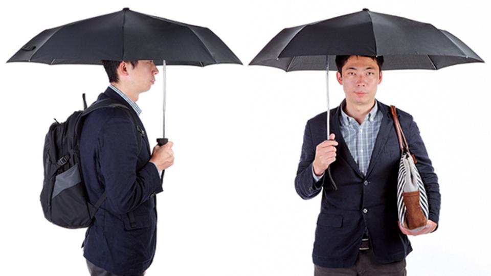 体と荷物をまとめてカバーできる折りたたみ傘【今日のライフハックツール】