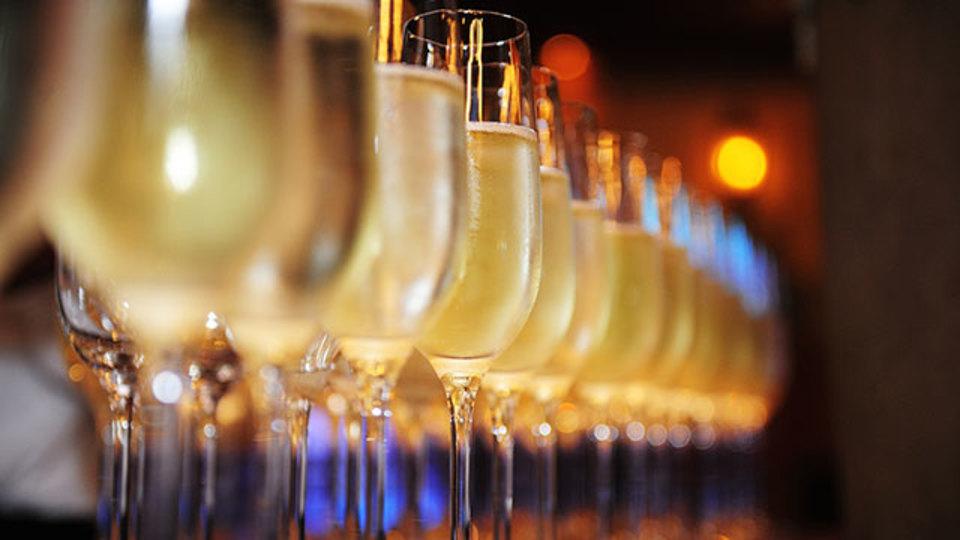 スプーンでシャンパンサブラージュをする方法