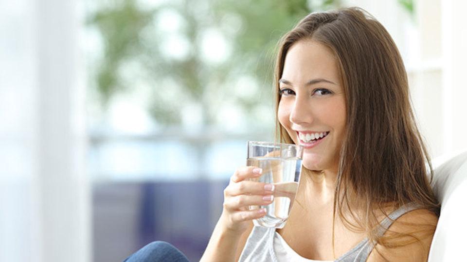 食欲を抑えるために、食前にグラス1杯の水を飲みましょう
