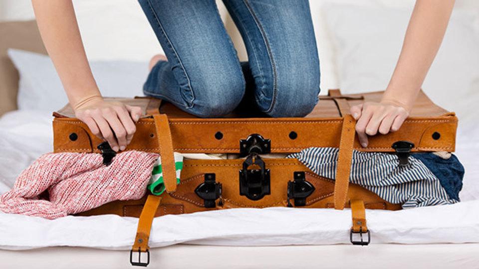 かばんの中でスーツやドレスがしわにならない詰め方