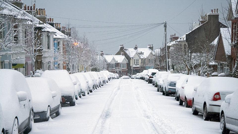 フロントガラスだけじゃない:降雪時に注意すべき車の「視界」
