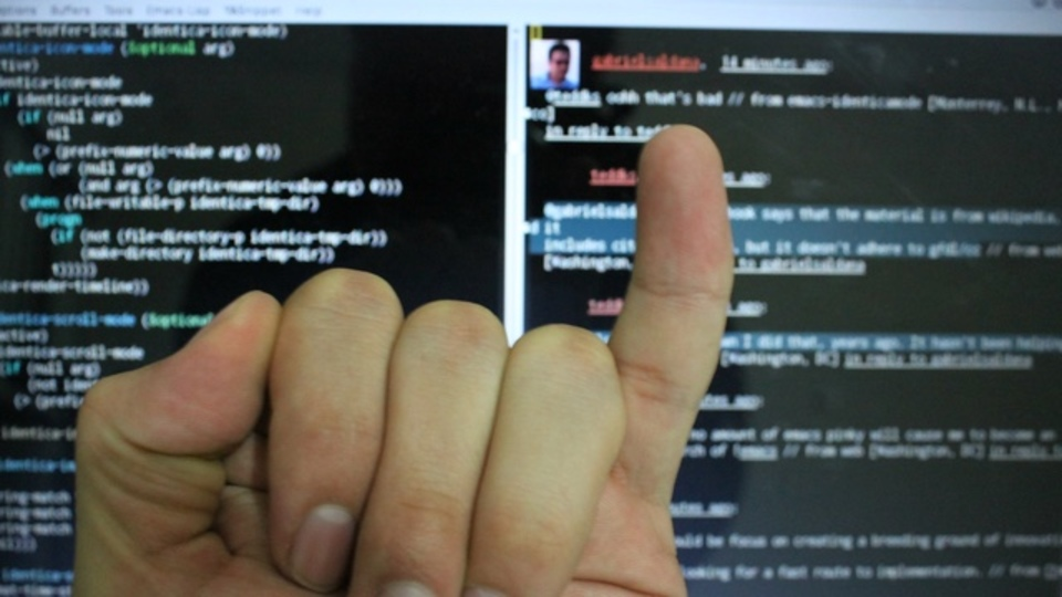 スマホの使いすぎで小指が変形!?「曲がった小指」の真相を外科医が解明