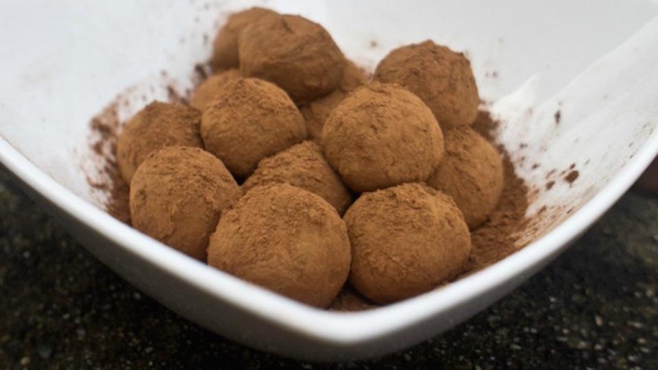 たった2種類の材料から完璧なチョコレート・トリュフを作る方法