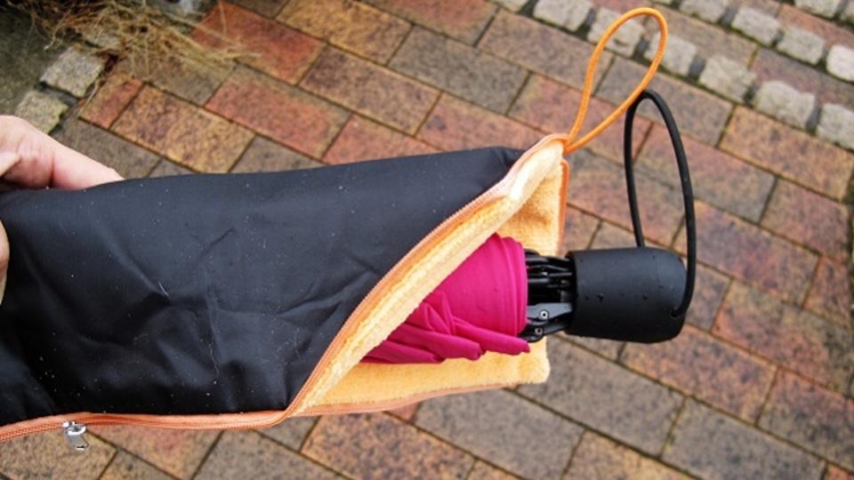 傘が濡れていても満員電車に乗れる。超吸水性の傘カバー【今日のライフハックツール】