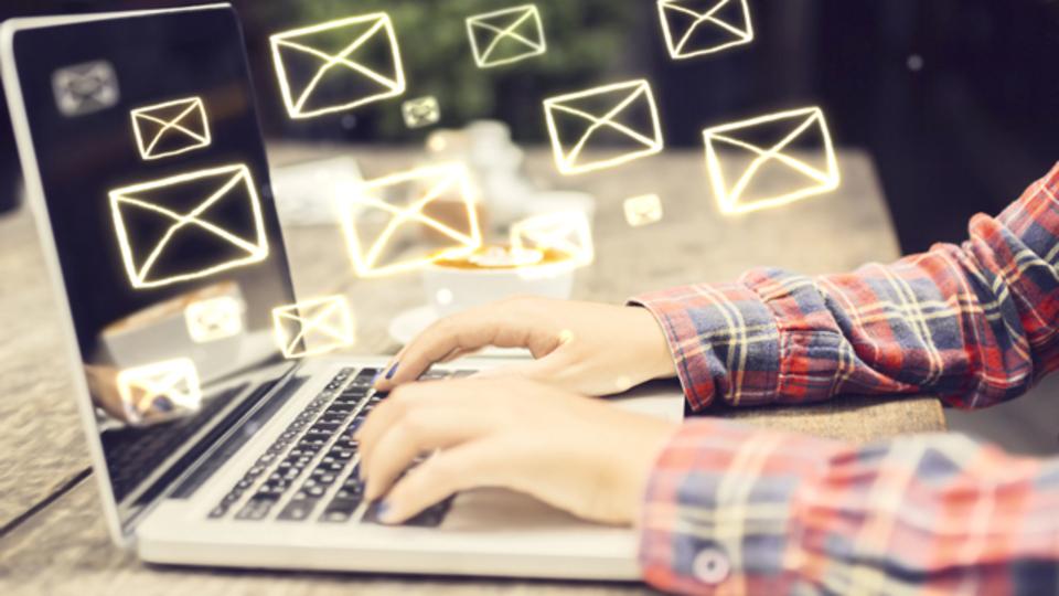 無機質になりがちなビジネスメールやチャットを、やわらかい印象にするためには