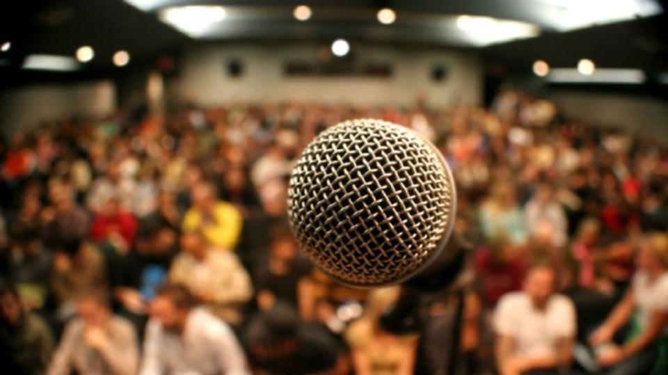 裸の聴衆を想像してみるんだ!人前で話す恐怖を克服する方法