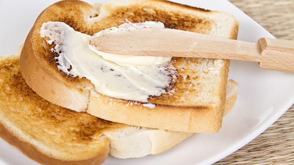 トーストにジンジャーバターを塗って、心地よいアクセントに