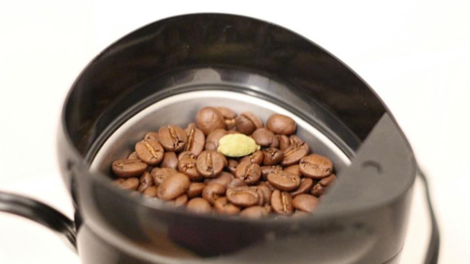 コーヒー豆とスパイスを一緒に挽いて風味豊かなコーヒーに