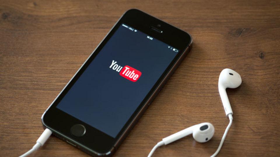 イヤホンの再生ボタンを使うと、iOSデバイスでYoutube音声をバックグラウンド再生できる