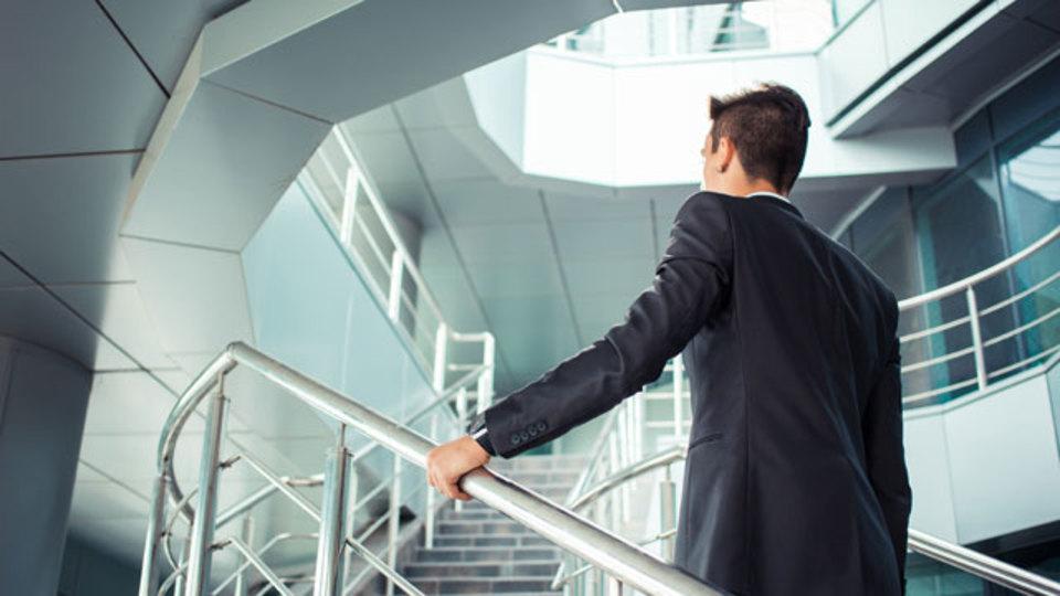 脳の若さを保つためには階段2階分上がるのが有効