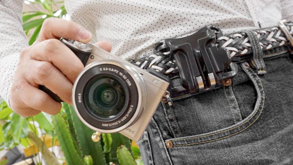 カメラを2秒で構えられるウエストホルダー【今日のライフハックツール】