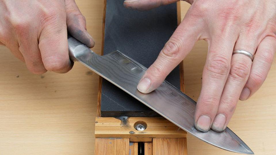 「正しい刃物の研ぎ方」のコツは適度な圧力にあった