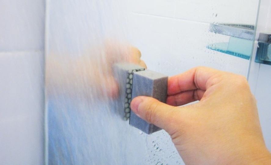 浴室掃除の難関「鏡のウロコ汚れ」は専用スポンジで擦り落とす【今日のライフハックツール】