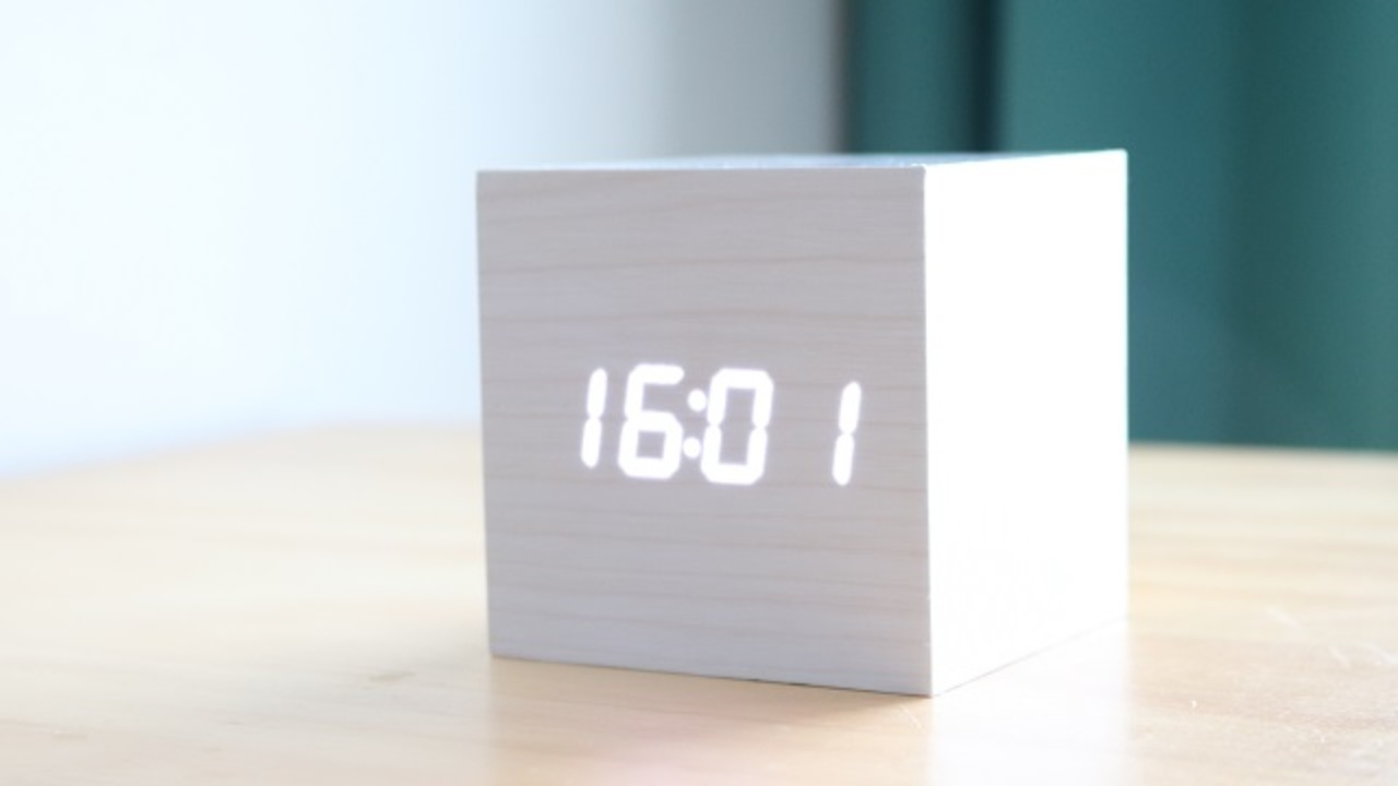 めっちゃ便利。音に反応してパッと時刻を表示してくれるLED時計「キューブ・クリッククロック」
