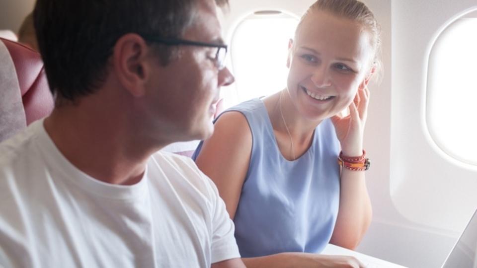 飛行機で知らない人に話しかけることで得られる驚きのメリットとは?