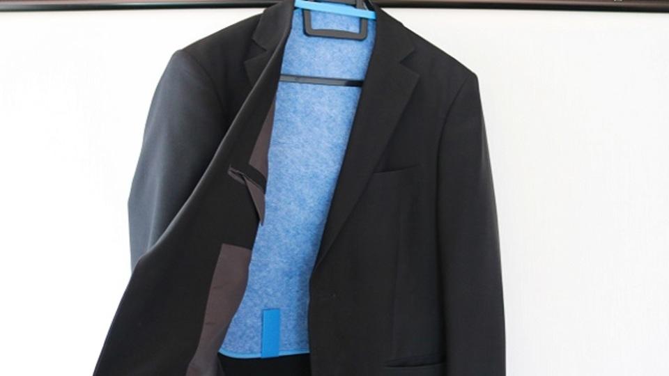梅雨時のニオイ対策に。上着の湿気を吸収乾燥してくれるシート【今日のライフハックツール】