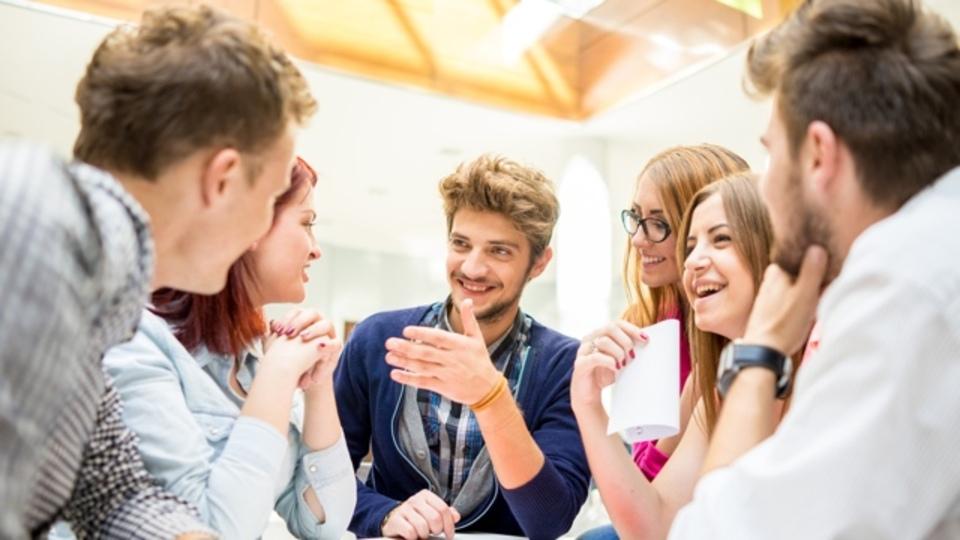 職場での友情は一長一短。仕事のパフォーマンスが上がる一方で...