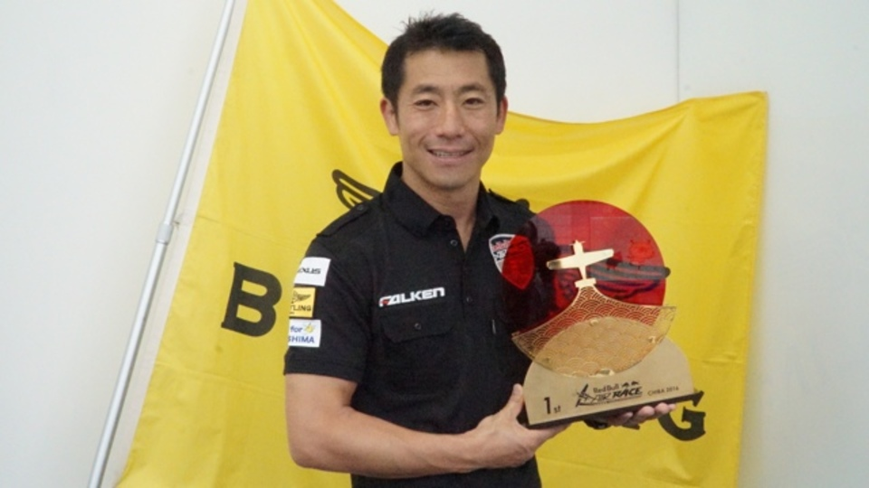 レッドブル・エアレースで初優勝した室屋義秀さんが語る、チーム力が試された、もう1つの戦い
