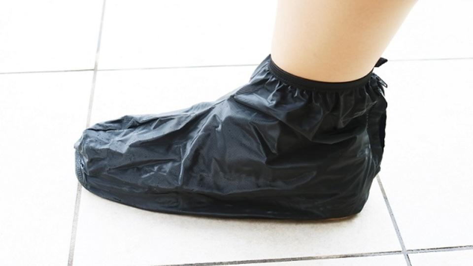 夕立でも靴を濡らさない。持ち運び用シューズカバー【今日のライフハックツール】