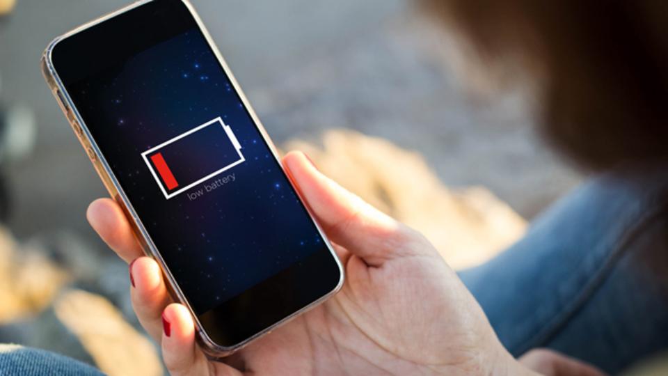 スマホで音楽を聴くと、バッテリーの減りは速くなるのか?