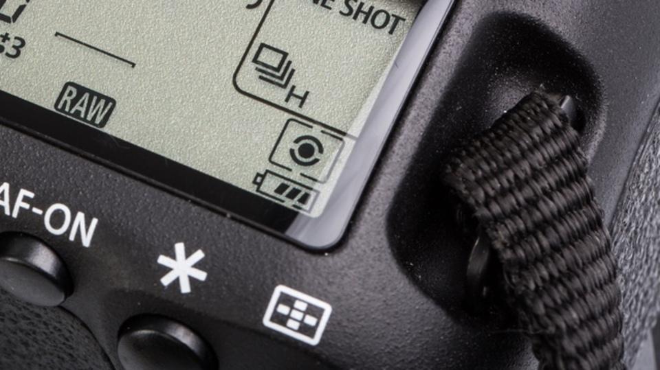 これをやめればバッテリーが長持ちする、デジタルカメラの間違った8つの使い方