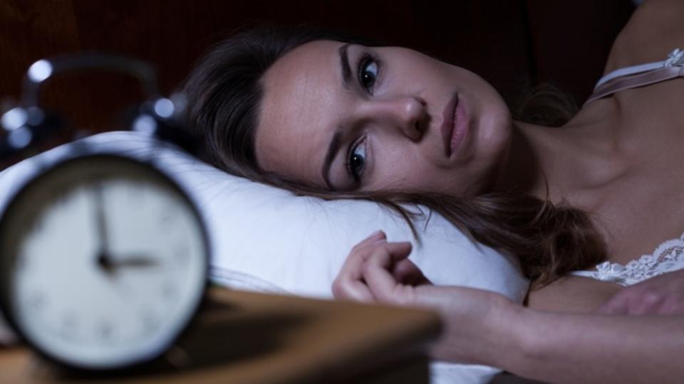 「ぐっすり眠れた」という自己暗示で睡眠不足は乗り切れるのか?