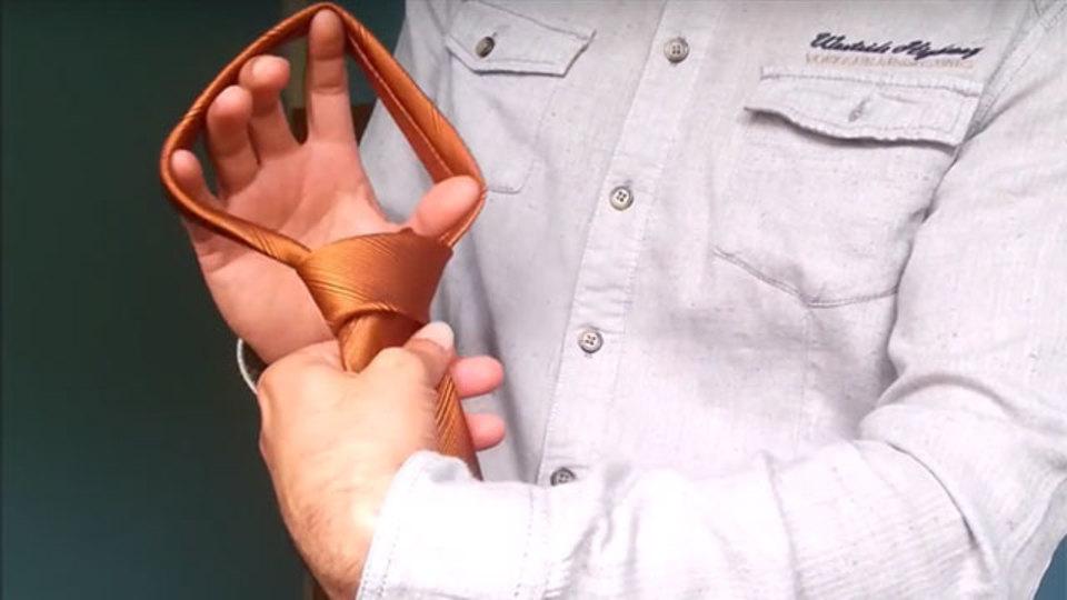 忙しい朝に便利! ネクタイを数秒で締める裏技