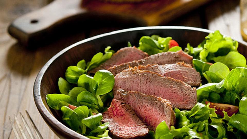 残ったステーキは温め直さずにオシャレなサラダに転用しよう!