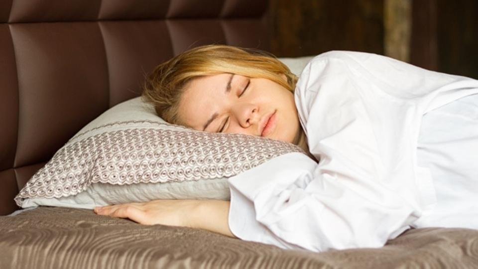 寝るとスッキリするのは気のせいじゃない、脳を効率よく最適化する睡眠の取り方