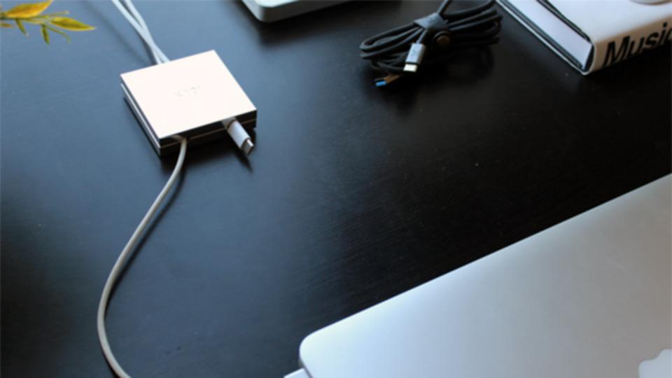 デスク周りのケーブルがスッキリする『The Desk Tile』【今日のライフハックツール】