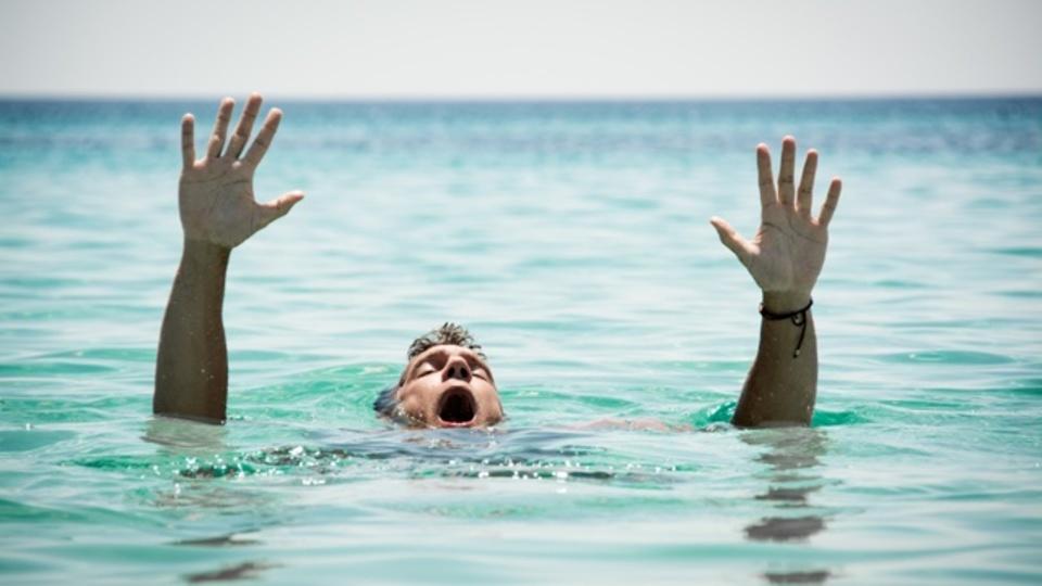溺れている人を助けるために「20秒以内で」服を脱ぐ方法