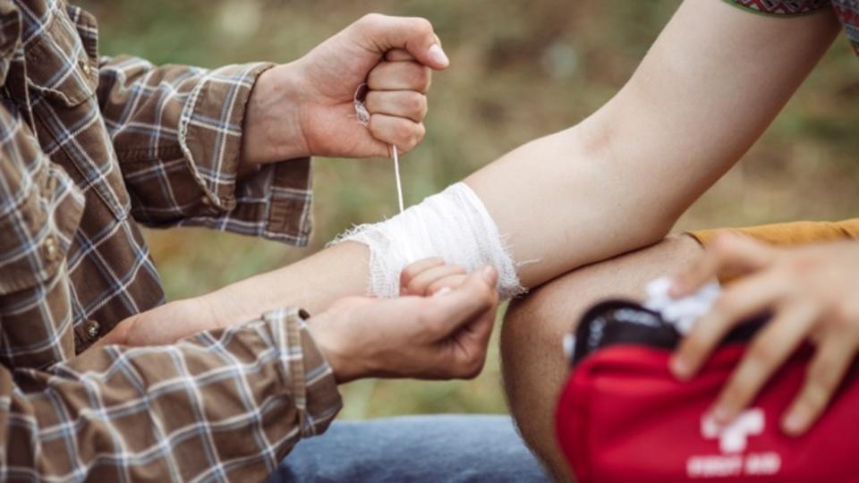 体に吸い付いたヒルを取り除いて応急処置をする方法