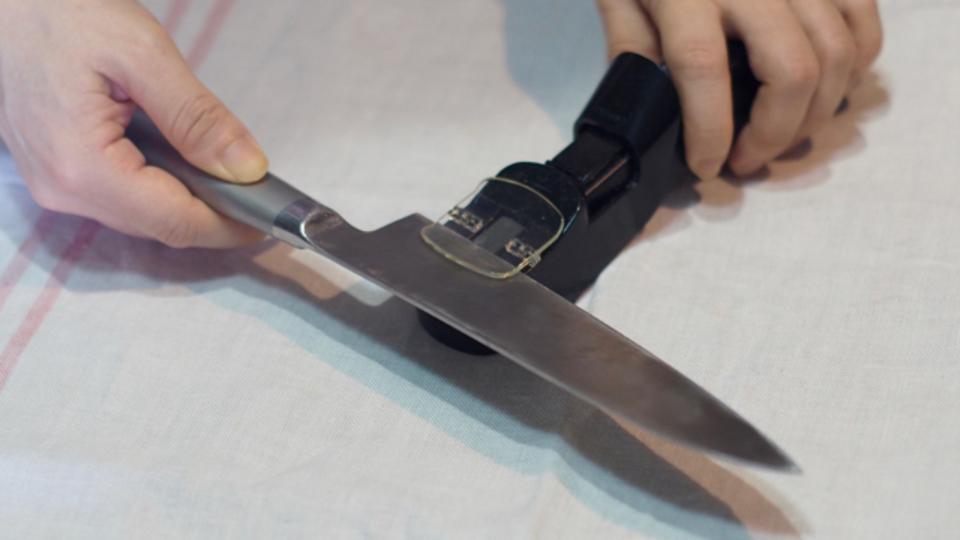 60秒で切れ味を取り戻す、電動歯ブラシみたいなシャープナー【今日のライフハックツール】