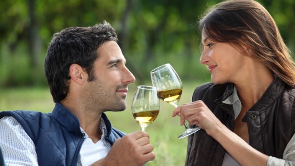 科学が提案する夫婦関係向上の秘訣は「お酒」にあり