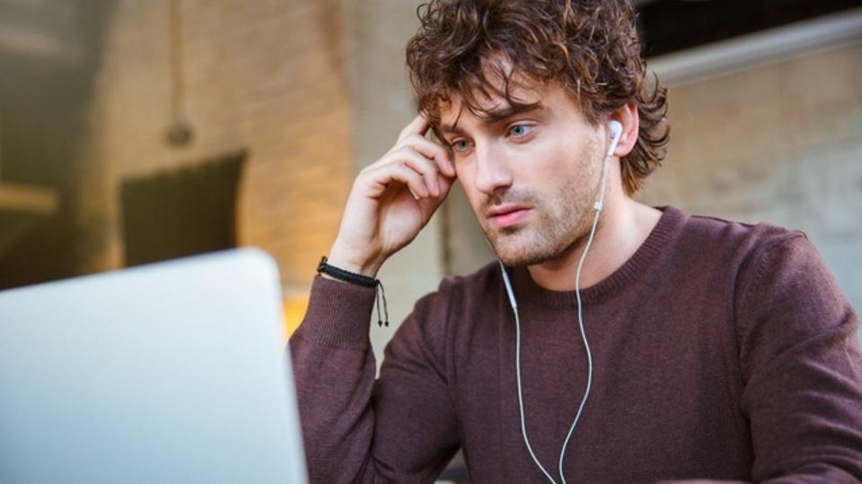 仕事中に音楽を聴いた方がいい時と、聴かない方がいい時の判断基準